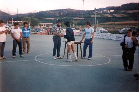 carlos-da-chousa-y-luis-pita-entregando-trofeos-i-marton-de-futbol-sala-en-marnela-1988.jpg