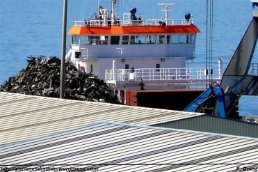 Barco descargando chatarra - Puerto de Ferrol - F. Goiriz (Large) (2)