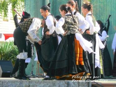 Buxainas danzando na praza roxa de Cedeira, 28 de xullo de 2012 - cantareiras e grupo de baile da A. C. Buxainas - Fotografia por Fermin Goiriz Diaz( (47)