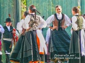 Buxainas danzando na praza roxa de Cedeira, 28 de xullo de 2012 - cantareiras e grupo de baile da A. C. Buxainas - Fotografia por Fermin Goiriz Diaz( (48)