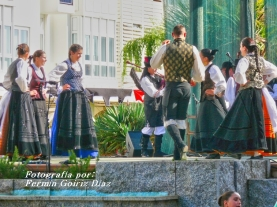 Buxainas danzando na praza roxa de Cedeira, 28 de xullo de 2012 - cantareiras e grupo de baile da A. C. Buxainas - Fotografia por Fermin Goiriz Diaz( (49)