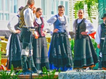 Buxainas danzando na praza roxa de Cedeira, 28 de xullo de 2012 - cantareiras e grupo de baile da A. C. Buxainas - Fotografia por Fermin Goiriz Diaz( (50)
