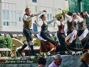 Buxainas danzando na praza roxa de Cedeira, 28 de xullo de 2012 - cantareiras e grupo de baile da A. C. Buxainas - Fotografia por Fermin Goiriz Diaz( (58)