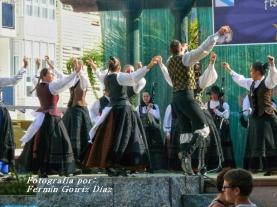Buxainas danzando na praza roxa de Cedeira, 28 de xullo de 2012 - cantareiras e grupo de baile da A. C. Buxainas - Fotografia por Fermin Goiriz Diaz( (59)