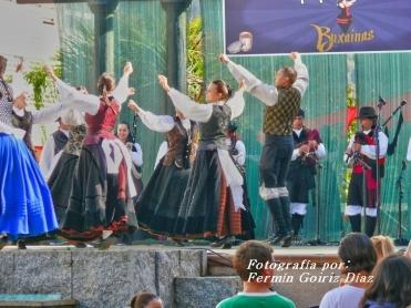Buxainas danzando na praza roxa de Cedeira, 28 de xullo de 2012 - cantareiras e grupo de baile da A. C. Buxainas - Fotografia por Fermin Goiriz Diaz( (61)