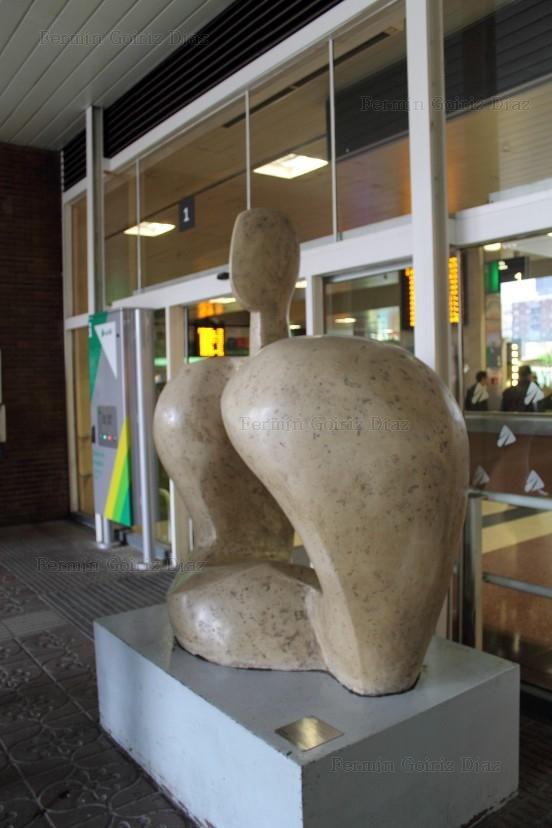 Torso (1984) - autora Eelena Laverón - estación de Chamartín -MADRID, diciembre 2012 (Custom)